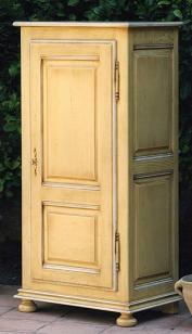 Une armoire à porte pleine