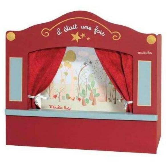 Un petit théâtre de marionnettes avec décor