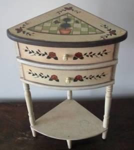 Un meuble à tiroirs d'angle
